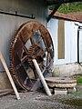 Maisnières engrenage et pierre du moulin de Visse 1.jpg