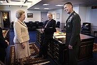 Thatcher fotografado compartilhando uma risada com Rumsfeld e Pace