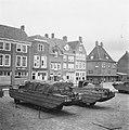 Markt te Middelburg met DUKW amfibievoertuigen, Bestanddeelnr 900-8477.jpg