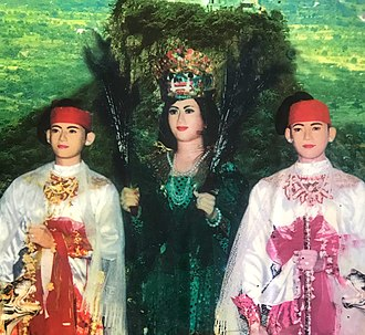 Popa Medaw - statue of Popa Medaw with her two sons, Shwe Hpyin Naungdaw and Shwe Hpyin Nyidaw.