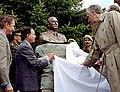 Menem descubre busto de Perón en Bariloche.jpg