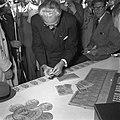 Minister In t Veld verkoopt spaarbrieven Zaandam, Bestanddeelnr 905-1086.jpg