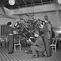 Nederlandse militairen tuigen een kerstboom op, Bestanddeelnr 255-9420.jpg