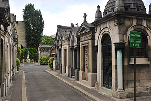 Neuilly-sur-Seine community cemetery - View of an alley of the old cemetery.