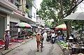 Người dân mua hàng trong chợ trên phố Ngô Gia Tự, thành phố Hải Dương, tỉnh Hải Dương.jpg
