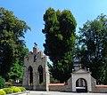 Nowy Wiśnicz - Dzwonnica i ogrodzenie z bramką przy Kościele parafialnym pod wezwaniem Wniebowzięcia Najświętszej Marii Panny AL01.jpg