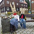 Osterhasen vor Umgebinde in Hinterhermsdorf 1.JPG