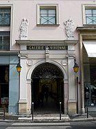 Les trois entrées de la galerie Vivienne: à gauche, l'entrée rue Vivienne, au centre celle de la rue des Petits-Champs et à droite l'entrée rue de la Banque.