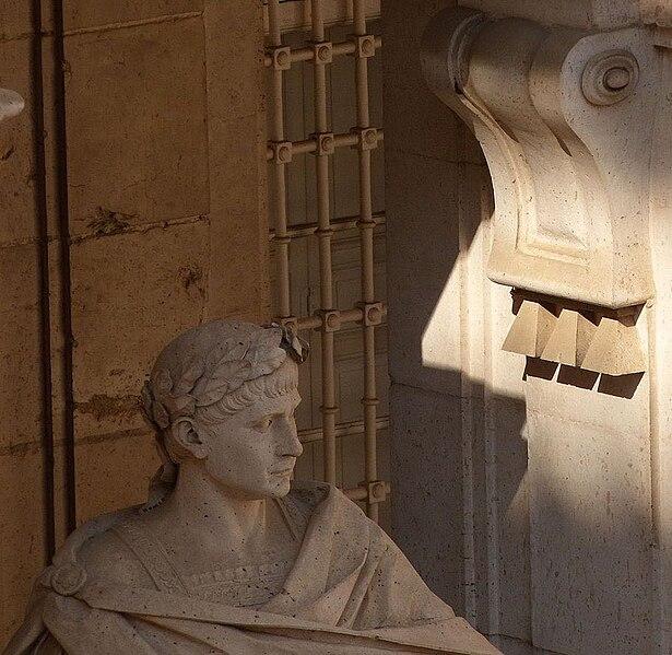 File:Palacio Real de Madrid, estatua del emperador Teodosio.jpg