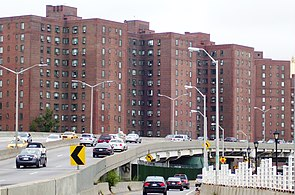Peter Cooper Village vista do Stuyvesant Cove Park no East River; a autopista FDR Drive é vista no fundo.