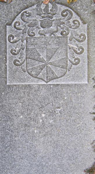 """""""Deo opt. max.Ici gist Messire Charle de Presle ou Prelle dit Compère comme aussi Messire Antoine de Prelle dit Compere son fils mort le 2 juin 1644 et noble Dame Marguerite le Sire de Gougnie épouse dudit Antoine, morte le 1 Octobre 1685 R. I. P."""" Cette pierre repose dans le parterre incliné face à l'entrée de l'église d'Aiseau."""
