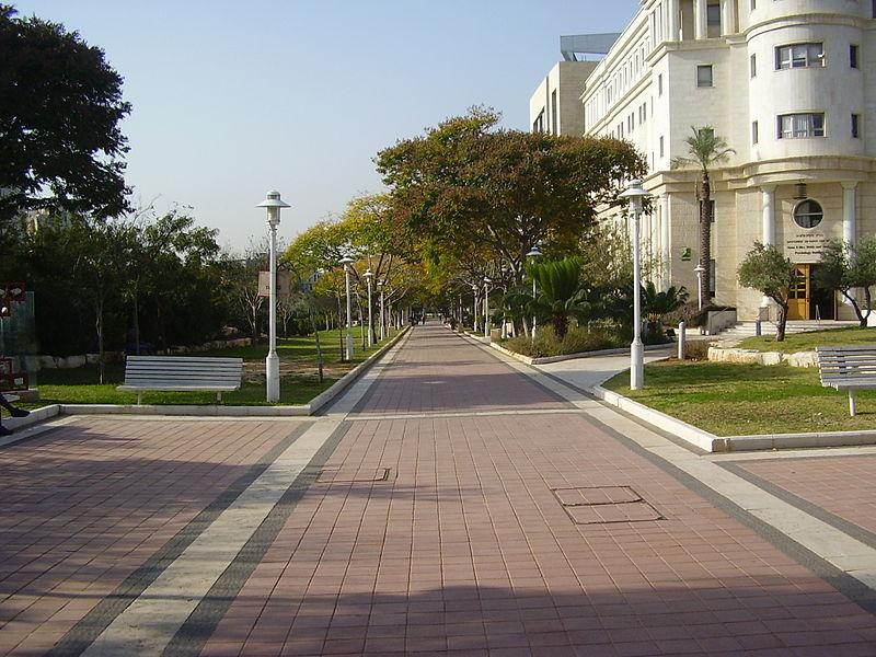 """הטיילת המרכזית ע""""ש לילי שאפל באוניברסיטת בר א"""