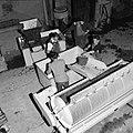 Pneumatische Willmes-pers wordt gevuld met druiventrossen, Bestanddeelnr 254-4208.jpg