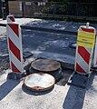 Pokrywa studzienki kanalizacyjnej przed instalacją na remontowanej ulicy.jpg