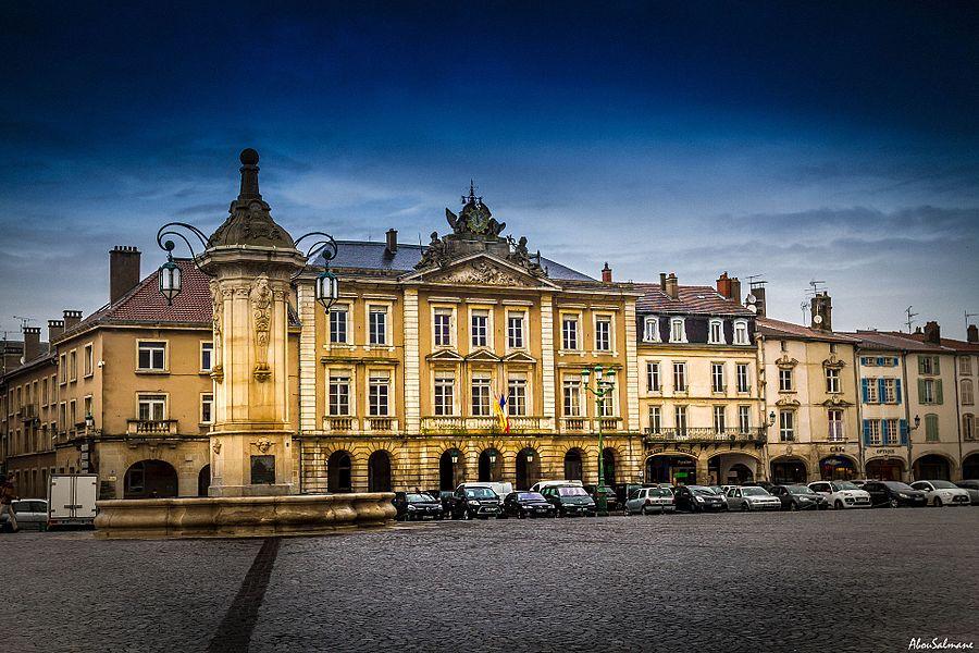 Hôtel de ville  Façade & toiture classée en 1919, intérieurs inscrit en 2012. Classement intégral en 2013.