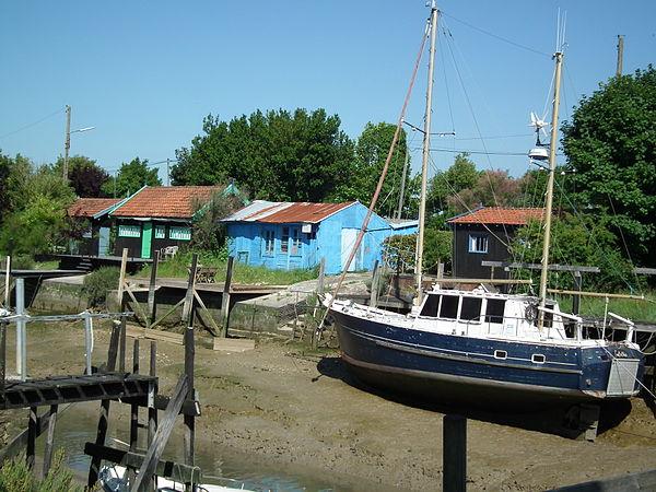 Cabanes ostréicoles traditionnelles au port de La Grève.