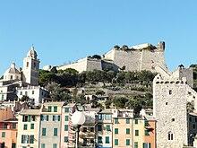 Il castello Doria, le mura, le torri. A sinistra dell'immagine il campanile del santuario della Madonna Bianca.