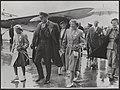 Prins Bernhard, Irene en Beatrix komen aan op het vliegveld van Helsinki waar zi, Bestanddeelnr 019-0350.jpg