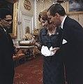 Prinses Beatrix en prins Claus krijgen geschenk aangeboden, Bestanddeelnr 254-7524.jpg