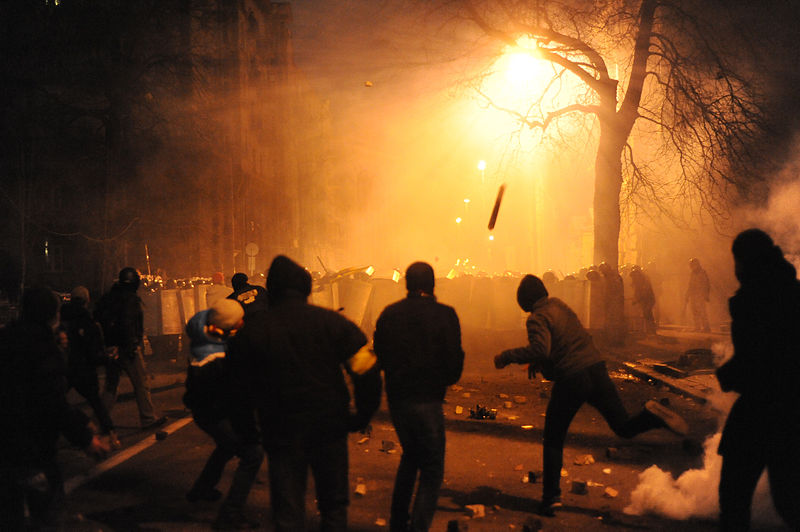 File:Protesters throwing pieces of paving during and metal tubes at riot police during clashes at Bankova str, Kiev, Ukraine. December 1, 2013.jpg
