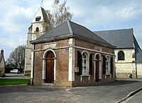 Quesnoy-sur-Airaines mairie et église 1.jpg