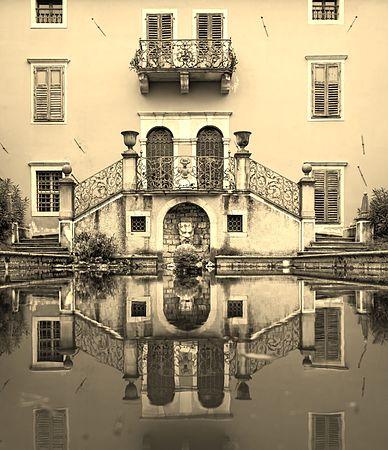 Riflessi nella piscina posteriore del Palazzo Coronini.jpg