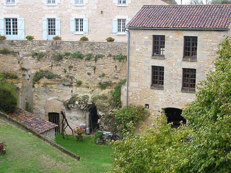 Habitations troglodytes à Rocheménier (Maine et Loire, France)