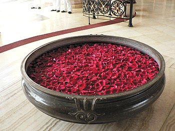 English: Rose petals in scented water