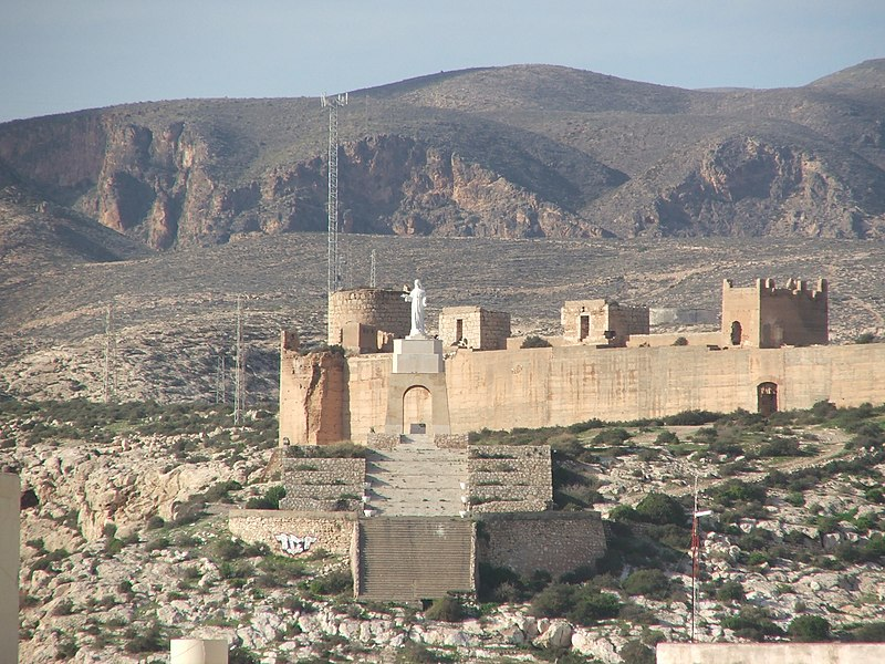 https://upload.wikimedia.org/wikipedia/commons/thumb/9/92/San_Cristóbal_(Almería).jpg/800px-San_Cristóbal_(Almería).jpg
