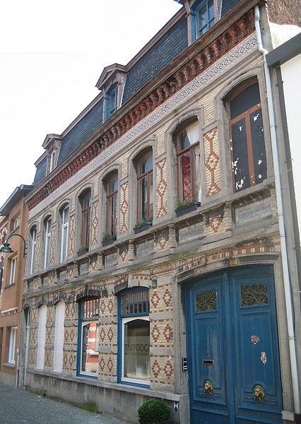 Dit burgerhuis met kleurrijke bakstenen lijstgevel staat aan de Schoolstraat in Lokeren. Het huis werd rond 1900 opgetrokken. In 1998 werd het pand beschermd als monument.