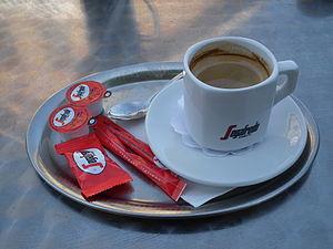 Deutsch: Tasse Segafredo-Kaffee mit Milch und ...
