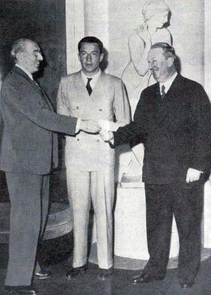File:Siège de l'ACF, avril 1937, Mrs Pérouse , trésorier, Jean-Pierre Wimille et Ettore Bugatti.jpg
