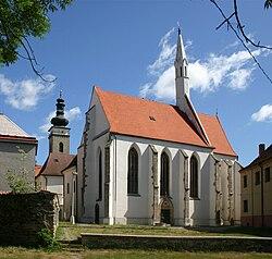 Soběslav, kostel sv. Víta, v pozadí věž kostela sv. Petra a Pavla.jpg