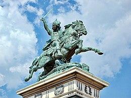 Statua equestre di Vercingetorige, ad opera di Bartholdi, in Place de Jaude, a Clermont-Ferrand. L'iscrizione recita: J'ai pris les armes pour la liberté de tous.