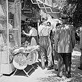 Straatverkoper van religieuze joodse objecten (onder andere keppeltjes) en winke, Bestanddeelnr 255-1811.jpg
