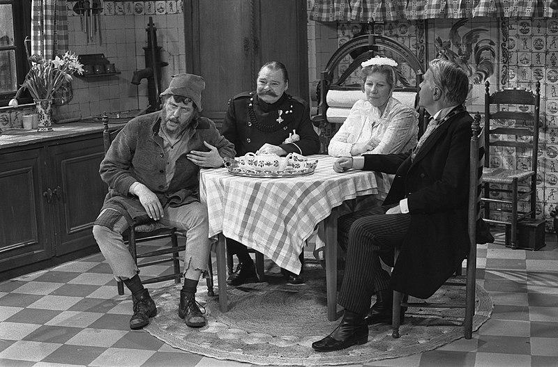 File:TV-serie Swiebertje, (nr. 5) v.l.n.r. Swiebertje (Joop Doderer), Bromsnor (Lou …, Bestanddeelnr 927-1025.jpg