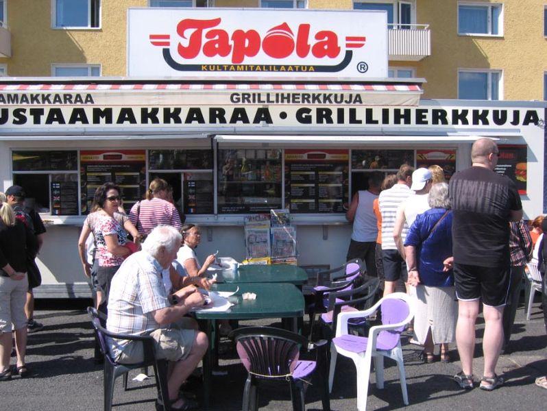 Mustaamakkaraa myyvä kioski Tampereen Tammelantorilla.