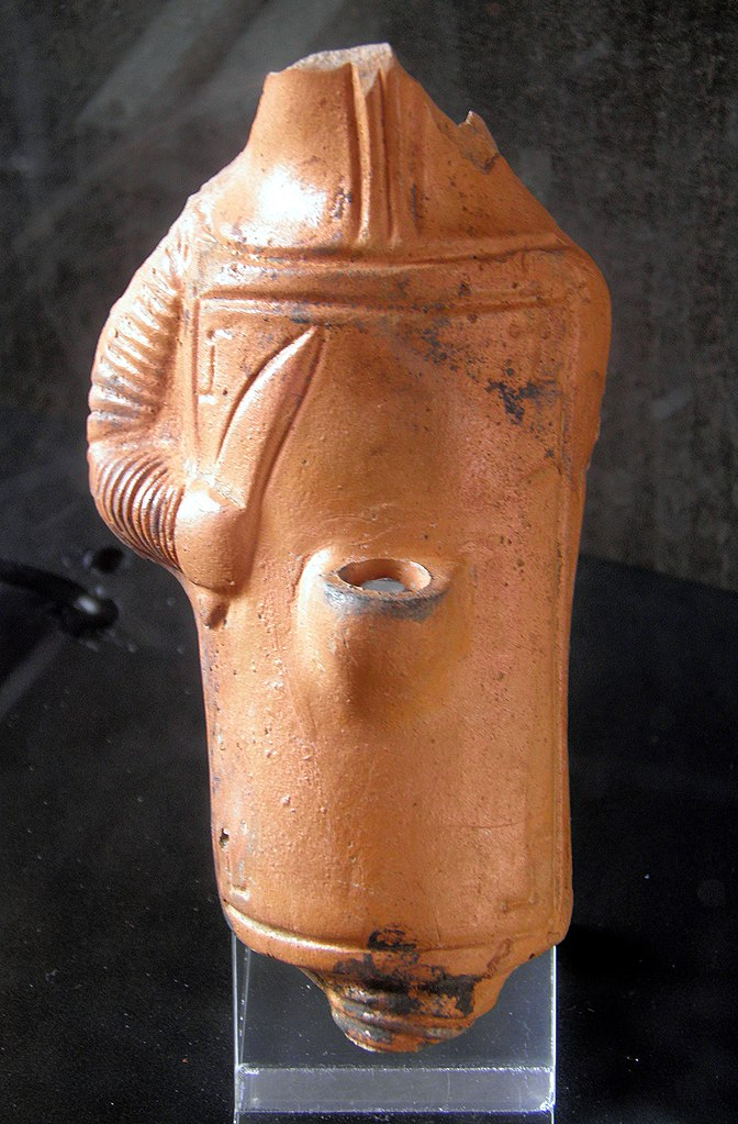 672px-Terracotta_oil_lamp_in_the_shape_of_a_gladiator%2C_end_of_2nd_-_beginning_3rd_century_AD%2C_found_in_Rome_near_Porta_Asinaria%2C_Colosseum%2C_Rome_%289445138684%29.jpg