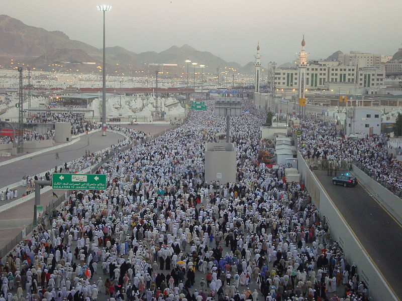 Hajj pilgrims making their way to Mina. Credit: Wikipedia commons