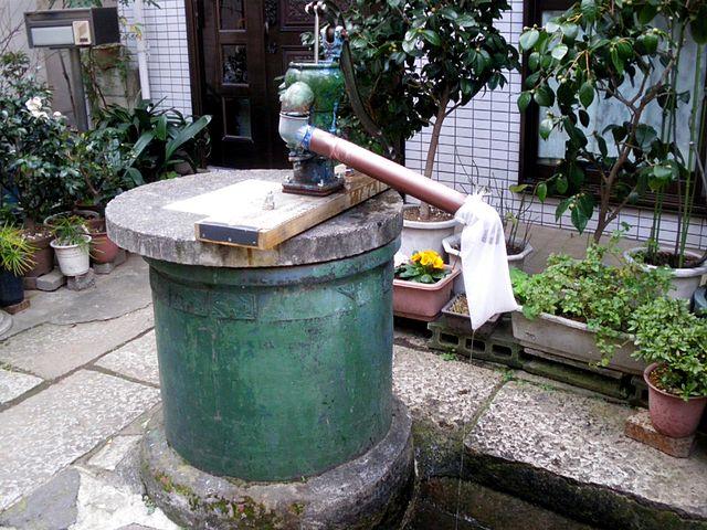 本郷菊坂町の旧居跡付近に残る「一葉の井戸」Wikipediaより