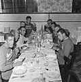 Tijdens de maaltijd, links Ab Gelderman, Coen Niesten , Bestanddeelnr 911-3783.jpg