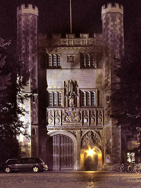 Fichier:Trinity College, Cambridge, Great Gate (night).jpg