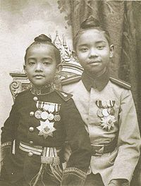 พระองค์เจ้าอุรุพงศ์รัชสมโภช (ซ้าย) ทรงฉายกับสมเด็จเจ้าฟ้าประชาธิปกศักดิเดชน์ (ขวา) เมื่อทรงพระเยาว์