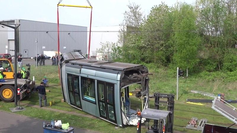 File:Valenciennes & Anzin - Déraillement de la rame de tramway n° 17 à la sortie du dépôt de Saint-Waast le 11 avril 2014 (025A).ogv