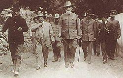 (al centro) en La Cañada, Queretaro , el 22 de enero de 1916