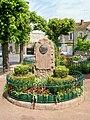 Viarmes, square Halbout avec le monument G. Clemenceau.jpg