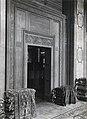 Warenhaus Leonhard Tietz AG, Ansicht einer Türverkleidung im Teppichverkaufsraum, Architekt Joseph Maria Olbrich, Düsseldorf, Foto 1913.jpg