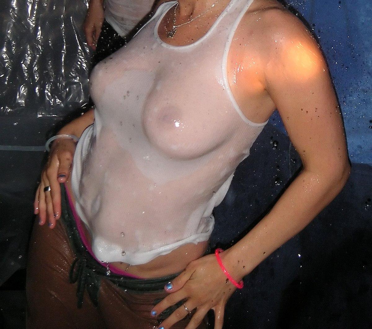 сиськи под мокрыми и холодными футболками без лифчика обратил внимание