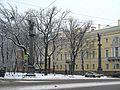 Колонны со статуями Славы02.jpg