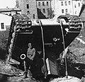 Підбитий КВ-2 з німецьким вояком верхи. Вітебськ, 1941.jpeg